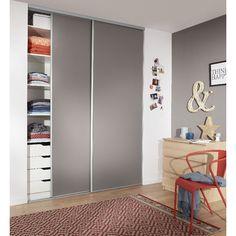 Porte de placard coulissante GLISSEO - Décor uni taupe   Accédez facilement à vos rangements grâce à cette porte de placard coulissante. Vous agrandissez également votre pièce en insérant un miroir pour un intérieur au design moderne.