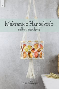 Dieser Makramee Hängekorb oder auch hanging basket bietet Platz für tausend Sachen. Ob als Obstkorb, für Kuscheltiere oder als Aufbewahrung im Badezimmer. Das Makramee Projekt ist dazu sehr einfach und auch für Anfänger geeignet. Die Anleitung findet ihr auf meinem Blog. Diy Greenhouse, Blog, Diy, Tutorials, Projects, Creative, Deco, Blogging