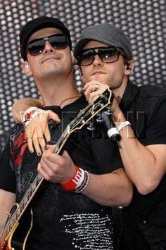 """QUE LINDO QUE LA GENTE SE MIME... - Je...!!!...si porque no?? <BR>hay mucho amor para dar y mas si se quieren como estas tres personitas... <BR>un abrazo tierno como Jared y Tomo.... Dios!!!!..... <BR>mañana en el otro fotolog <A HREF=""""http://30_stm_argentina...empieza"""" TARGET=_top>http://30_stm_argentina...empieza</A> la cuenta regrasiva del cumple de shannon... <BR>10 dias seguidos con fotos del Leto mayor.....asique por esos dias este fotolog publicara cuando se le cante O cuando llegue…"""