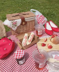 Image about love in — food & drinks by 𝕍𝕚𝕧 ✧ on We Heart It Nature Aesthetic, Summer Aesthetic, Aesthetic Food, Pink Aesthetic, Picnic Date, Summer Picnic, Picnic Box, Picnic Theme, Spring Summer