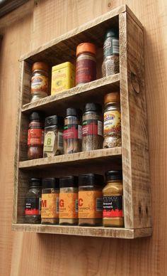 Étagère à épices rustiques / étagère de la cuisine faite de bois de récupération / stockage de bois de palette: