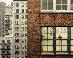 """Out my window, Chelsea West 26th Street Between Broadway and 6th avenue - 2009 """"Ce qui motive mon choix c'est de trouver des appartements avec un vis à vis intéressant et une belle fenêtre. Je cherche ces lieux via les réseaux sociaux ou bien par relations d'amis. Quand je demande aux gens s'ils veulent participer [ce qui implique d'aller contacter les voisins pour aller prendre la photo depuis chez eux) ils sont toujours partants! Je pense que ce qui est éloigné et a priori inaccessible…"""