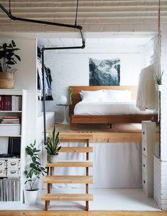 cette petite chambre est haut perchee sur une estrade dans ce studio lit sureleve
