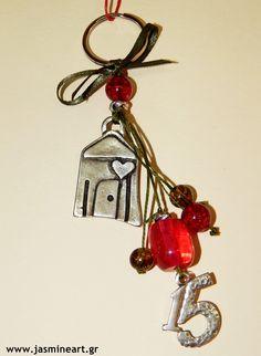 Γούρι15 Μπρελόκ Σπιτάκι Εντυπωσιακό γούρι μπρελόκ με όμορφο διακοσμητικό μεταλλικό σπιτάκι και μεταλλικό στοιχείο 15, πολύχρωμες χάντρες δεμένες σε κηρόνημα. Τιμή: 4.00€ Christmas Crafts, Xmas, Christmas Ornaments, Lucky Charm, Christmas Inspiration, Key Rings, Burlap, Charmed, Personalized Items