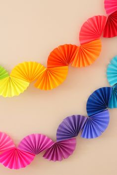 Rainbow Fan Garland {Easy DIY Party Decoration} - Ice Cream Off Paper PlatesRainbow fan garland that is so easy to make! You only need scissors, tape and paper to create this colorful DIY decoration for a rainbow theme party .Arts And Crafts StorageH Rainbow Fan, Rainbow Paper, Rainbow Theme, Rainbow Birthday, Rainbow Wedding, Rainbow Crafts, Diy Simple, Easy Diy, Super Simple
