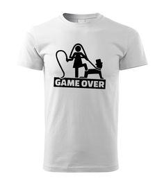 Vtipná potlač na bavlnenom tričku, ktorá určite zožne úspech. Obrázok s textom na tričku ladený v humornom štýle. Tričko je vhodné na párty alebo na každodenné nosenie. Tričko s vtipnou potlačou môže byť vhodným darom pre budúceho ženícha. Táto potlač je obľúbená a často vyhľadávaná pri príležitosti ako je rozlúčka zo slobodou. Potlač na tričku vtipne vyjadruje GAME OVER v preklade Koniec hry a to v duchu ukončenia slobody a začiatku manželstva. Mens Tops, T Shirt, Supreme T Shirt, Tee Shirt, Tee