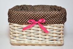 hnedý bodkovaný košík s ružovou mašľou