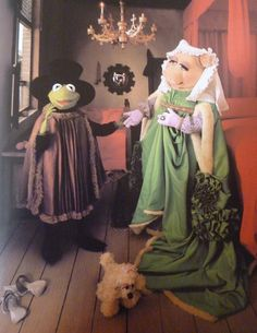 After some convincing, Kermit  Piggy have left the beach. They have also decided to dress up for tonight...