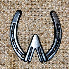 horseshoe W Horseshoe Letters, Horseshoe Projects, Horseshoe Crafts, Horseshoe Art, Horseshoe Decorations, Letter Photography, Nature Photography, Letter M Logo, Welding And Fabrication