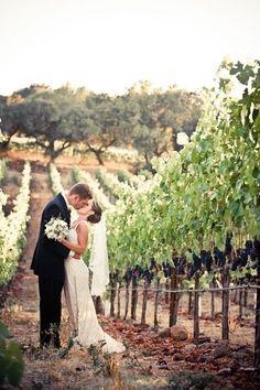 挙式の後はぶどう畑で記念撮影♡ ワイナリーでの結婚式のアイデア一覧。ウェディング・ブライダルの参考に。