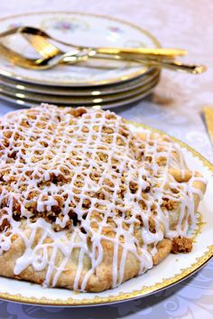 Apple Crumble Crostata combines the best of an apple pie and an apple crumble - Kudos Kitchen by Renee