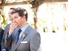 Kijk deze bruidegom eens huilen van geluk, fantastisch mooi om te zien!