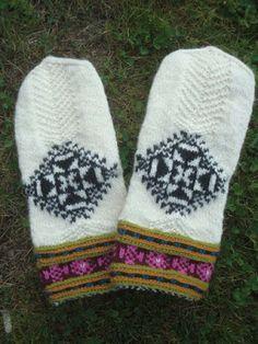 Mittens from Muhu Islands, Estonia. Knit Mittens, Knitted Gloves, Fair Isle Knitting, Knitting Yarn, Fingerless Mitts, Wrist Warmers, How To Purl Knit, Crochet Accessories, Knit Crochet