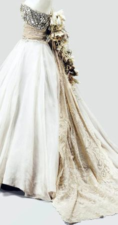 Dior - Haute Couture - Gianfranco Ferré --- If you take that weird flower thing off, it's quite nice Dior Haute Couture, Christian Dior, Dior Fashion, Fashion Beauty, Pretty Outfits, Pretty Dresses, Vintage Outfits, Vintage Fashion, Gianfranco Ferre
