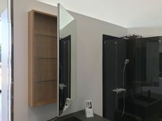 Mueble alto para baño abierto con estantes interiores en cristal Bathroom Medicine Cabinet, Kitchen, Open Bathroom, Modern Closet, Bathroom Furniture, Closets, Crystal, Kitchens, Interiors