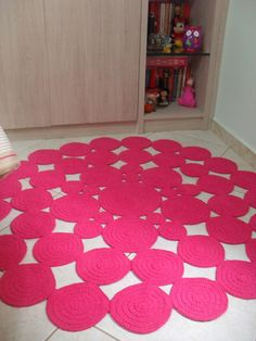 Tapete de barbante feito em bolas de croche.  Lindo e moderno para decoração de quartos infantis!  Pode ser feito nas cores e tamanhos de sua preferência!  Outras medidas consulatr valores.  Medida 1,20 metros de diametro.