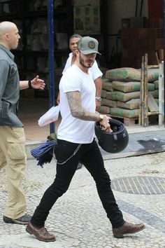Apparently, Beckham has always had his very own individual style and doesn't conform to a single style of dressing. On the area, Beckham didn't skip a. Style Casual, Casual Looks, Casual Outfits, Men Casual, Fashion Outfits, Mens Fashion, Style Fashion, Estilo David Beckham, David Beckham Style