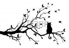 gato sentado en un árbol, avistaje de aves Foto de archivo