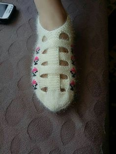 This Pin was discovered by pın Crochet Sandals, Knitted Slippers, Crochet Slippers, Crochet Box Stitch, Filet Crochet, Baby Knitting Patterns, Knitting Designs, Crochet Slipper Pattern, Knit Boots