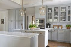 Want to stay in one of Chip and Joanna Gaines' fixer upper vacation rentals? We take a look at their stunning Magnolia House and The Hillcrest Estate, here. Magnolia Market, Magnolia Homes, Beautiful Kitchen Designs, Best Kitchen Designs, Beautiful Kitchens, Joanna Chip Gaines, Joanna Gaines Design, Grey Kitchens, Home Kitchens