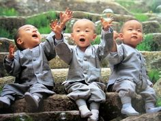lindos...baby monks catching bubbles :)