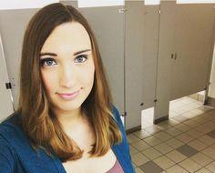 Mulher trans publica foto em banheiro feminino em protesto contra lei anti-LGBT