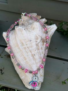 """Diese 37cm lange Halskette """"Pink Rabbit"""" wurde vorwiegend aus pinken sowie rosa Glas- und Acrylperlen in verschiedenen Farbnuancen und Formen hergestellt. Zwischendurch wurden Blumen Metallperlen eingesetzt, der Anhänger besteht aus einem lustigen 3.5cm langen Hasen. Crochet Necklace, Jewelry, Fashion, Long Necklaces, Corning Glass, Kids, Moda, Jewlery, Jewerly"""