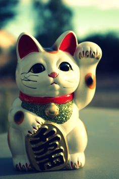 Maneki-neko are sometimes depicted holding a coin, usually a gold coin called a koban (小判?), used during the Edo period in Japan.