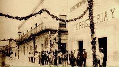 Antiguo Palacio de Gobierno, Monterrey N.L la Casa de Gobierno se había instalado en un viejo edificio propiedad de los jesuitas, que se ubicaba en las antiguas calles de Comercio y del Teatro (hoy Morelos y Escobedo)  En la foto aparece en primer plano la Ferretería La Flecha de Rodolfo Dressel y el edificio del balcón es el antiguo palacio de Gobierno del Estado. fecha aprox. antes de 1895  http://historiaactual.blogspot.mx/2008/09/palacio-de-gobierno-de-nuevo-leon.html