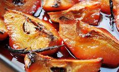 Deși sunt astringente, teioase și greu de consumat ca atare, gutuile coapte în cuptor se transformă într-un desert aromat și delicat de toamnă. Căldura și mirosul lor va crea o atmosferă de poveste în toată casa.