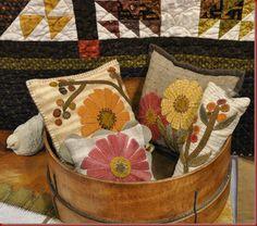 Lovely Fall pillows using wool scraps Wool Applique Patterns, Felt Applique, Felted Wool Crafts, Felt Crafts, Quilting Projects, Sewing Projects, Felt Projects, Wool Quilts, Fall Pillows