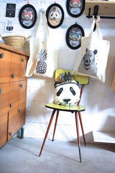 Tote bag 100% cotton, matière, avec Ananas, Dimensions : 42 x 38 cm Poids du sac : 72 g Grammage : 140 gr/m2 Capacité : 10 litres. Lavage à 30° en mahcine ou à la main.