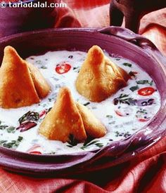 Hot samosas topped with an innovative coconut kadhi, khajur imli ki chutney and green chutney. This spicy chaat is an any-timer, perfect for rainy evenings as well as hot summer afternoons.