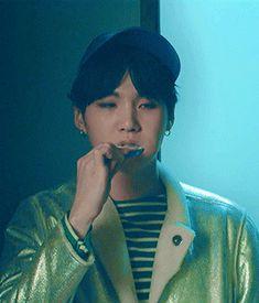 Yoongi brushing his teeth is life