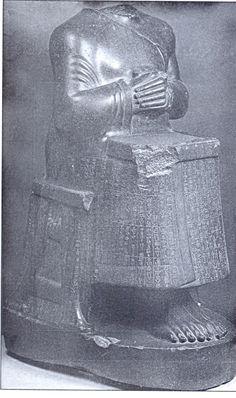تندیس شاهزاده بابلی از غنائم جنگی شوتروک ناهوته - بر روز این مجسمه سنگی کتیبه ای به این مضمون به خط میخی عیلامی و آکدی حک شده است: منم شوتروک ناهوته پادشاه انشان و شوش و فرمانروای سرزمین عیلام. من به یاری خدای اینشوشیناک شهر بابل را تسخیر کردم و این تندیس را به شوش آوردم.        محل کشف: تپه آکروپول شوش محل نگهداری: موزه لوور فرانسه