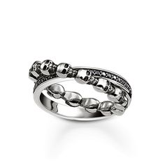 THOMAS SABO ring from the Sterling Silver Collection. United forever – two rings in blackened 925 Sterling silver are inseparably joined together. One ring is made of small skulls, and the other is embellished with sparkling black zirconia pavé. Together, they form a symbol of eternal love. [Artikeltabelle]Category:ring Material:925 sterling silver, blackened Stones:zirconia black pavé Measurements:width approx. 0,7 cm (0,27 Inch) Itemnumber:TR2104-643-11[/Artikeltabelle]