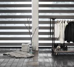 Twist er et rullegardin i to lag. Stoffet har transparente og tætte striber, der gør du kan justere om du vil lukke lys ind eller lukke helt af - både lys og indsyn. #gardiner #soveværelse #luxaflex #luxaflexdk #twistrullegardin #rullegardin #bolig #boligindretning #vinduer