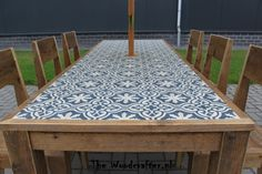 Beautiful restoration of an old garden table, dressed with cement tiles Tile Patio Table, Tile Top Tables, Tiled Coffee Table, Diy Table Top, Garden Table, Diy Outdoor Table, Outdoor Dining, Outdoor Decor, Furniture Makeover