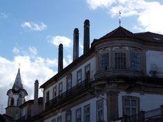 Cidade de Castelo Branco - Belo edifício, mas num lamentável estado de conservação, com a original torre do relógio.