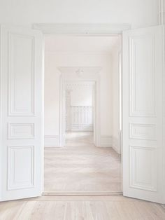 The perfect blank slate! How would you decorate the interior design of this stunning all-white space? White Rooms, White Walls, White Hallway, Yellow Rooms, Dark Rooms, Green Rooms, White Bedroom, Style At Home, Interior Architecture