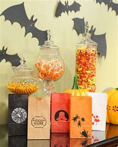 Delight young Halloween partygoers with these adorable stenciled treat bags.How to Make Stenciled Halloween Treat Bags Diy Halloween, Dulces Halloween, Manualidades Halloween, Halloween Treat Bags, Holidays Halloween, Happy Halloween, Halloween Decorations, Halloween Templates, Halloween Projects