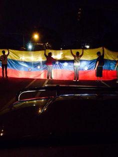 Bandera de Venezuela tranca el paso en la autopista Prados del Este