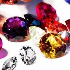 Sabe a diferença entre cristais, zircônia e strass? Confira no blog da Divory e acabe com suas dúvidas! #gemas #cristais #glam #semijoias #joiafolheada #divory