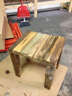 DIY: use old pallet pieces and turn them into a cute end table
