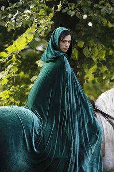 Green cloak merlin morgana and morgause Morgana Le Fay, Merlin Morgana, Katie Mcgrath, Medieval Dress, Medieval Fantasy, Medieval Fashion, Medieval Clothing, Ravenclaw, Oc Fanfiction