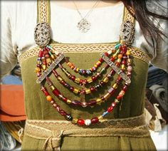 Både öst- och västkargisk smyckning