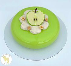 L'entremet Pomme-Noisette est composé: d'une ganache montée à la vanille d'une compotée de pommes d'un caramel à la noisette d'un moelleux à la noisette d'un croustillant noisette Pour la décoration, un joli glaçage vert pomme et une tranche de pomme en chocolat blanc. Julien, What You Eat, Tiered Cakes, Blog, Caramel Apple, White Chocolate, Dessert Recipes, Sweet Recipes, Pastry Recipe