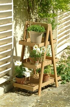 Build DIY flower stands yourself – Use old wooden ladders as flower stands - DIY FLOWERS Indoor Plant Shelves, Indoor Planters, Outdoor Plants, Garden Planters, Potted Plants, Indoor Outdoor, Pallet Planters, Garden Shelves, Hanging Plant