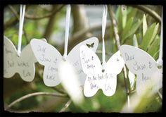 54 Vlinders voor persoonlijke gelukswensen  Laat alle gasten een gelukswens schrijven op een vlinder om ze vervolgens in de tak te hangen. Is hier geen plaats voor? Dan kun je het (5 meter lange) lint gebruiken wat erbij wordt geleverd. De 54 kaartjes zijn 10 x 7,5 cm en aan een pen is ook gedacht.
