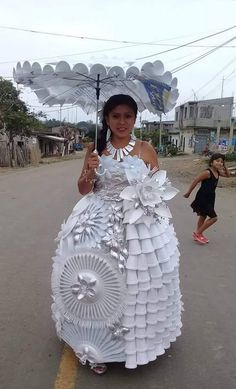 Getting Married? Have The Wedding Of Your Dreams With These Simple Tips Paper Fashion, Diy Fashion, Fashion Show, Fashion Design, Recycled Costumes, Recycled Dress, The Dress, Fancy Dress, Recycled Fashion